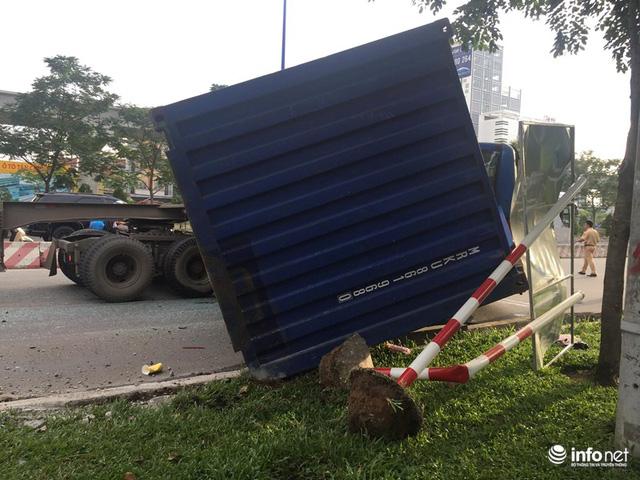 Đổ dốc cầu Sài Gòn, 2 thùng container văng xuống đường, đè nát xe máy - Ảnh 3.