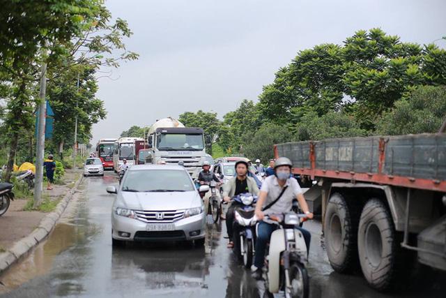 Mưa lớn trút xuống Hà Nội, đại lộ Thăng Long ngập trong biển nước - Ảnh 4.