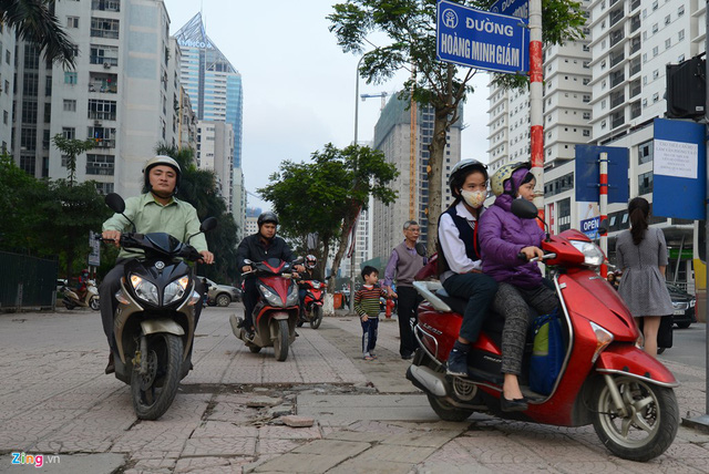 Xe máy cày nát vỉa hè, đe dọa người đi bộ - Ảnh 6.