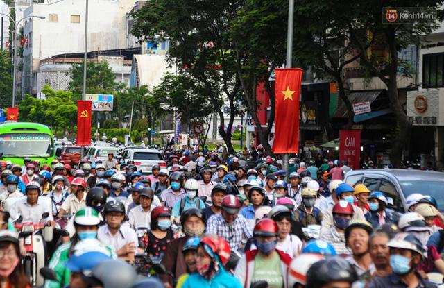 Giao thông ở Sài Gòn rối như canh hẹ sau khi phân luồng thi công nhà ga trung tâm Bến Thành - Ảnh 5.