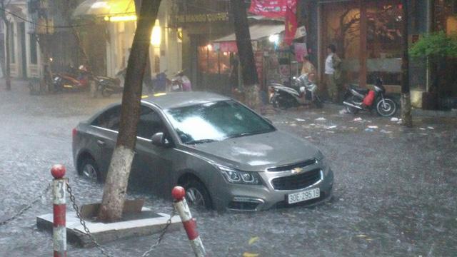 Sáng nay Hà Nội mưa to kèm sấm chớp kinh hoàng, ai mà dám ra đường! - Ảnh 6.
