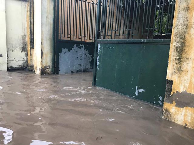 Chùm ảnh: Đường phố Hà Nội ngập lênh láng sau cơn mưa lớn vào sáng nay - Ảnh 5.