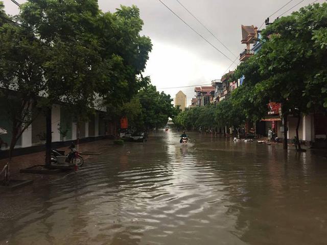 Thái Nguyên: Mưa lớn gây ngập nặng, điều xe chuyên dụng của quân đội đến giúp dân - Ảnh 5.
