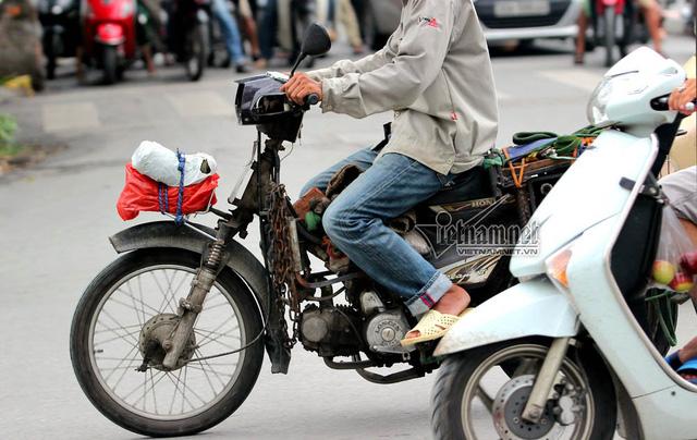 Hết sợ khai tử, xe máy nát vèo vèo giữa phố HN - Ảnh 5.