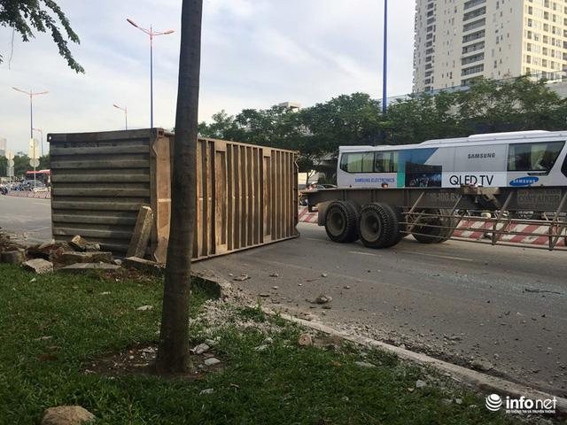 Đổ dốc cầu Sài Gòn, 2 thùng container văng xuống đường, đè nát xe máy - Ảnh 4.
