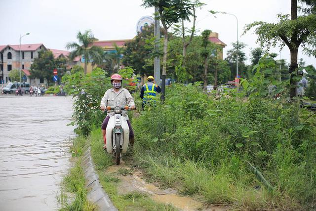Mưa lớn trút xuống Hà Nội, đại lộ Thăng Long ngập trong biển nước - Ảnh 5.