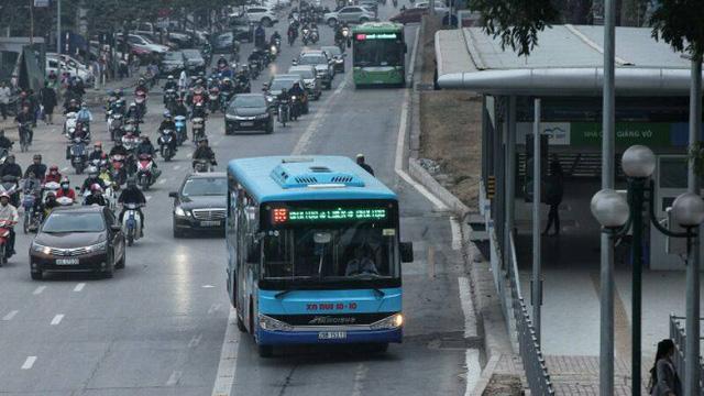 Nhường đường cho buýt nhanh, xe máy phi lên hè - Ảnh 6.