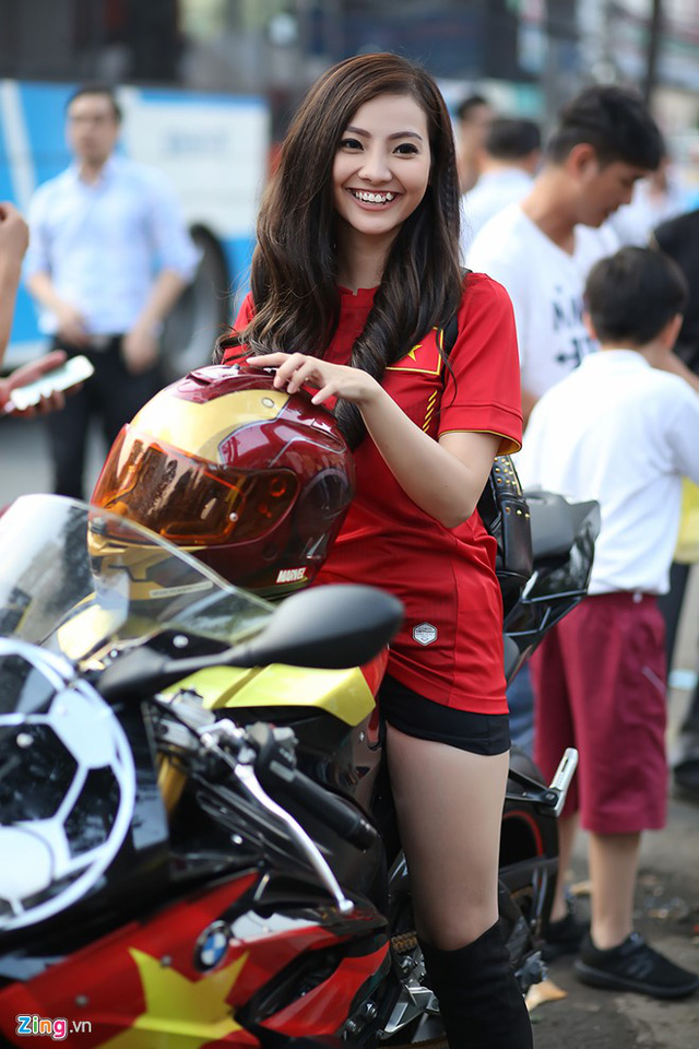 Cô gái Sài Gòn lái siêu môtô đi xem bóng đá - Ảnh 6.