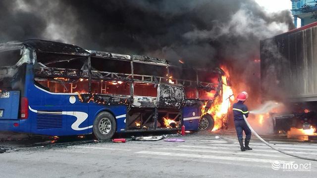 Thanh Hóa: Xe giường nằm đâm xe đầu kéo rồi cùng bốc cháy, hành khách hoảng loạn - Ảnh 5.