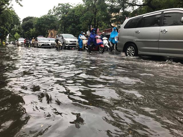 Chùm ảnh: Đường phố Hà Nội ngập lênh láng sau cơn mưa lớn vào sáng nay - Ảnh 6.