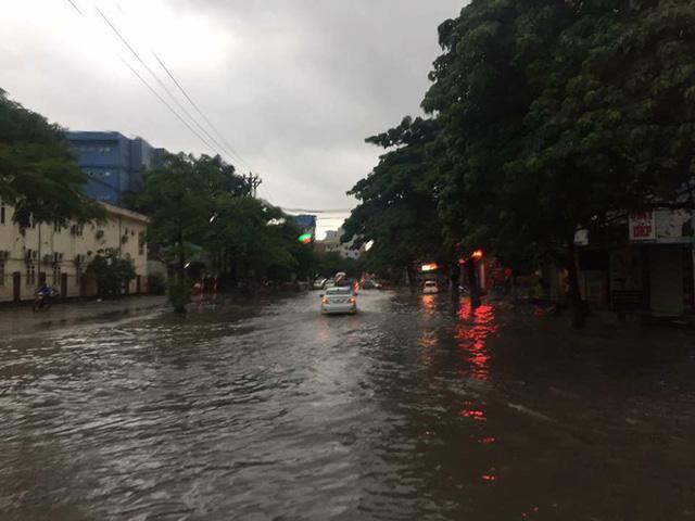Thái Nguyên: Mưa lớn gây ngập nặng, điều xe chuyên dụng của quân đội đến giúp dân - Ảnh 6.