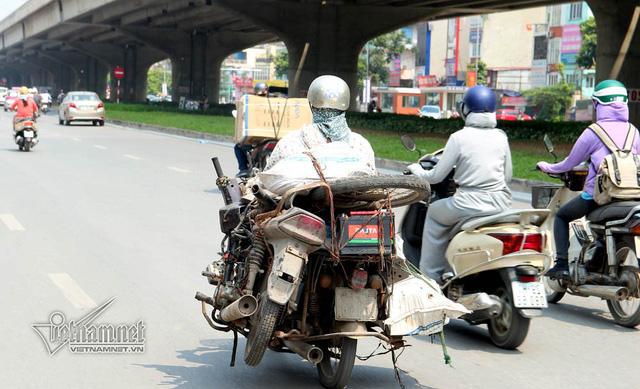 Hết sợ khai tử, xe máy nát vèo vèo giữa phố HN - Ảnh 6.