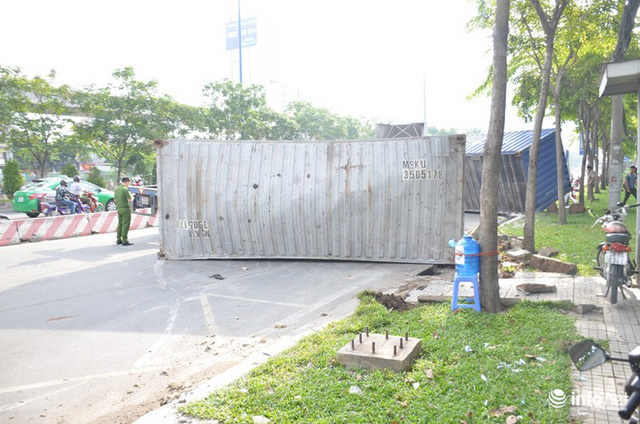 Đổ dốc cầu Sài Gòn, 2 thùng container văng xuống đường, đè nát xe máy - Ảnh 5.