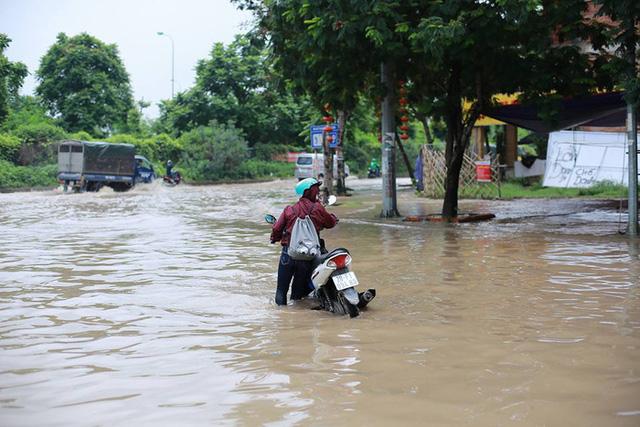 Mưa lớn trút xuống Hà Nội, đại lộ Thăng Long ngập trong biển nước - Ảnh 6.