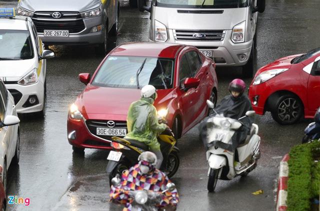 Xế hộp rồng rắn, chèn ép xe máy trong mưa gió - Ảnh 8.