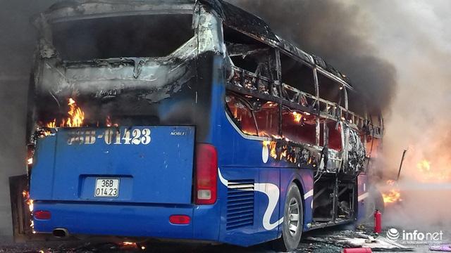 Thanh Hóa: Xe giường nằm đâm xe đầu kéo rồi cùng bốc cháy, hành khách hoảng loạn - Ảnh 6.