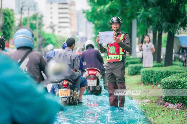 Chán cảnh ngập lụt dầm dề ở Bangkok, dân mạng hô biến con đường nước đen ngòm thành dòng biển xanh ngắt - Ảnh 7.