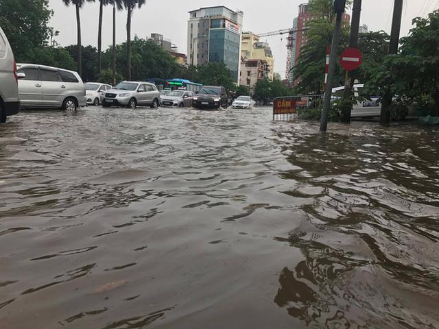 Sáng nay Hà Nội mưa to kèm sấm chớp kinh hoàng, ai mà dám ra đường! - Ảnh 8.