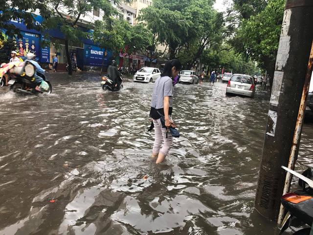 Chùm ảnh: Đường phố Hà Nội ngập lênh láng sau cơn mưa lớn vào sáng nay - Ảnh 7.