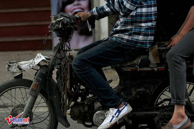Hết sợ khai tử, xe máy nát vèo vèo giữa phố HN - Ảnh 7.