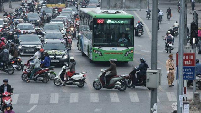 Nhường đường cho buýt nhanh, xe máy phi lên hè - Ảnh 8.