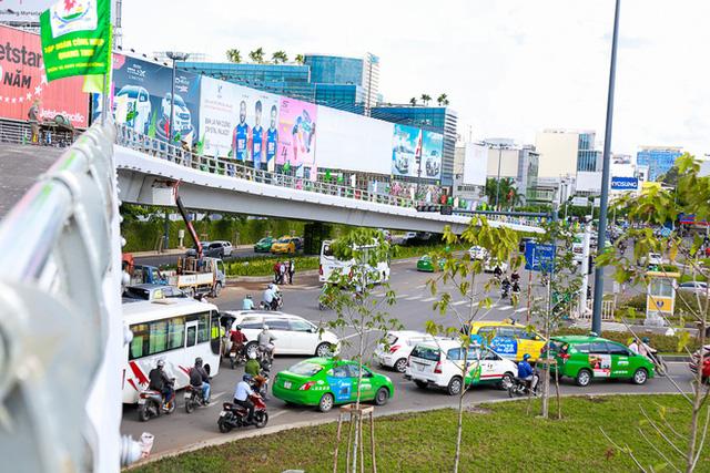 Cận cảnh cầu vượt hơn 240 tỷ đồng giải cứu kẹt xe ở sân bay Tân Sơn Nhất trước ngày khánh thành - Ảnh 9.