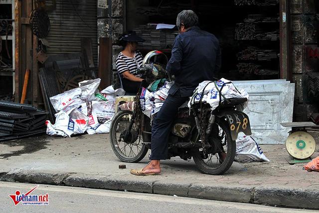 Hết sợ khai tử, xe máy nát vèo vèo giữa phố HN - Ảnh 8.