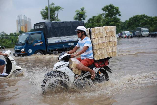 Mưa lớn trút xuống Hà Nội, đại lộ Thăng Long ngập trong biển nước - Ảnh 8.