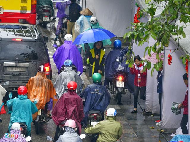 Xế hộp rồng rắn, chèn ép xe máy trong mưa gió - Ảnh 10.