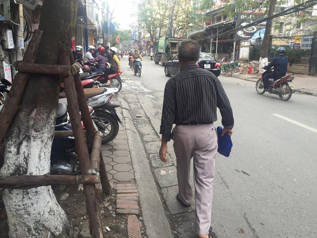 Chùm ảnh: Kẻ vạch phân cách, vỉa hè dành cho người đi bộ ở Hà Nội chỉ còn... 30cm - Ảnh 9.