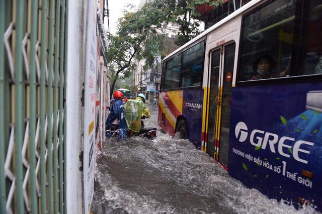 Chùm ảnh: Đường phố Hà Nội ngập lênh láng sau cơn mưa lớn vào sáng nay - Ảnh 9.