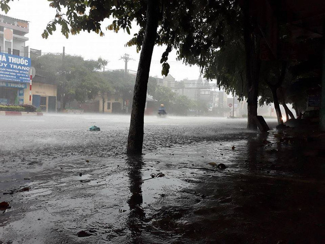 Thái Nguyên: Mưa lớn gây ngập nặng, điều xe chuyên dụng của quân đội đến giúp dân - Ảnh 9.