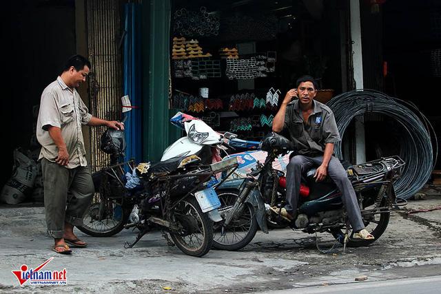 Hết sợ khai tử, xe máy nát vèo vèo giữa phố HN - Ảnh 9.
