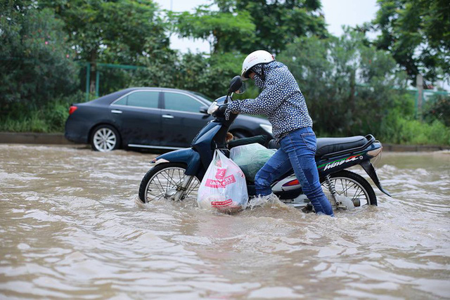 Mưa lớn trút xuống Hà Nội, đại lộ Thăng Long ngập trong biển nước - Ảnh 9.
