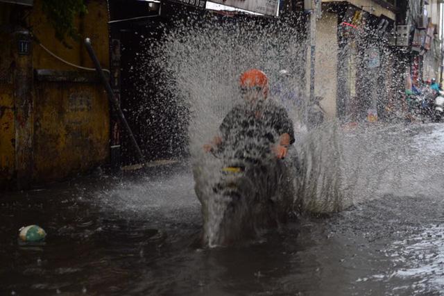Chùm ảnh: Đường phố Hà Nội ngập lênh láng sau cơn mưa lớn vào sáng nay - Ảnh 10.