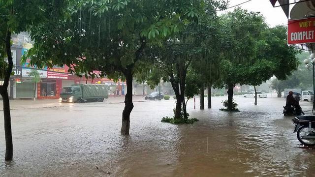 Thái Nguyên: Mưa lớn gây ngập nặng, điều xe chuyên dụng của quân đội đến giúp dân - Ảnh 10.