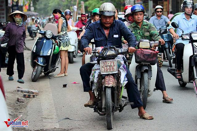 Hết sợ khai tử, xe máy nát vèo vèo giữa phố HN - Ảnh 10.