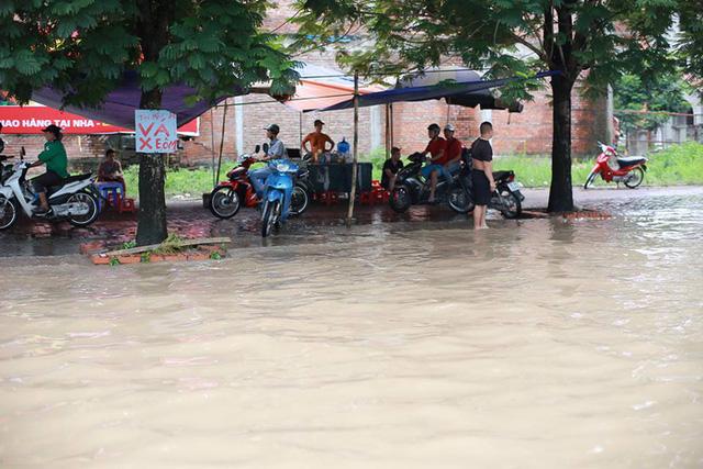 Mưa lớn trút xuống Hà Nội, đại lộ Thăng Long ngập trong biển nước - Ảnh 10.