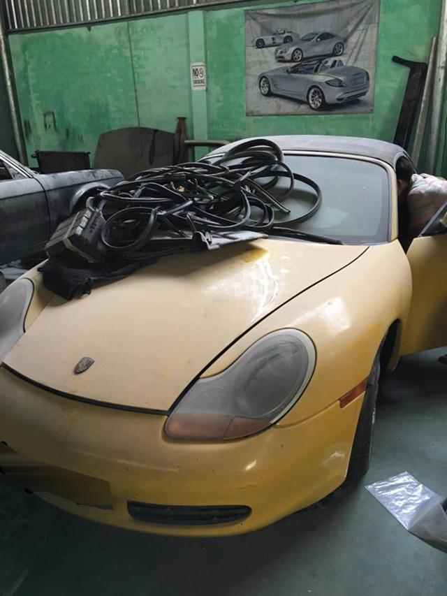 Cư dân mạng xót xa với chiếc Porsche Boxster 986 phủ bụi dày đặc tại Sài thành - Ảnh 1.
