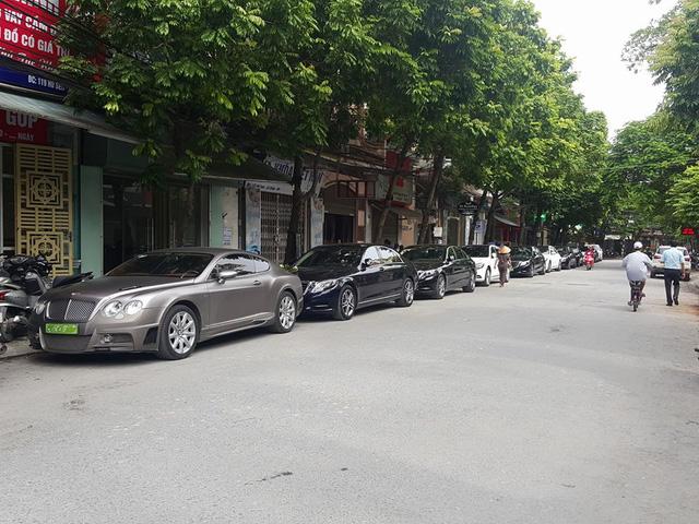 Xe siêu sang Bentley cùng binh đoàn 9 chiếc Mercedes-Benz S-Class rước dâu tại Hải Phòng - Ảnh 1.