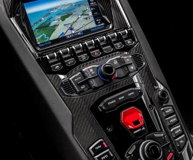 Lamborghini Aventador SV Roadster cũng được trang bị động cơ V12
