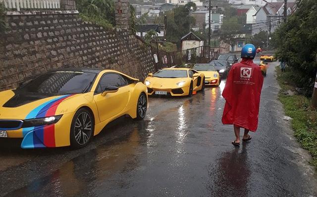 Siêu xe Aston Martin Vanquish hội ngộ cùng đoàn xe tông xuyệt tông màu vàng tại Đà Lạt trong cơn mưa lớn - Ảnh 11.