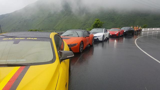 Hàng chục siêu xe và xe thể thao độ khủng vượt đèo Hải Vân trong cơn mưa lớn - Ảnh 7.