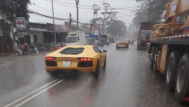 Siêu xe Aston Martin Vanquish hội ngộ cùng đoàn xe tông xuyệt tông màu vàng tại Đà Lạt trong cơn mưa lớn - Ảnh 7.