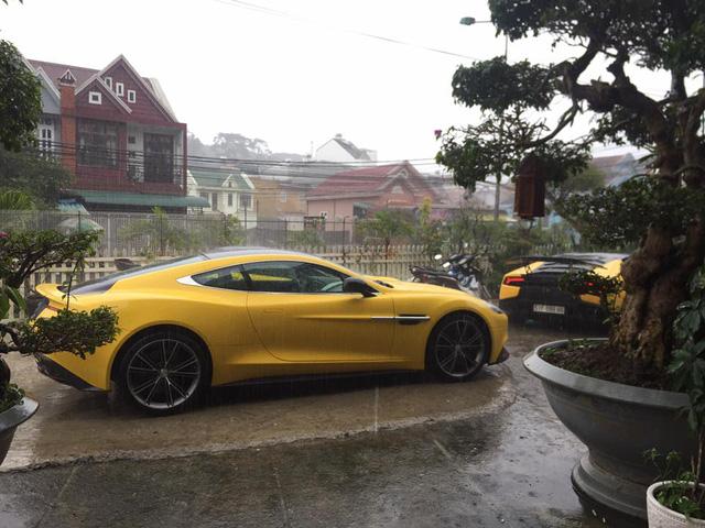 Siêu xe Aston Martin Vanquish hội ngộ cùng đoàn xe tông xuyệt tông màu vàng tại Đà Lạt trong cơn mưa lớn - Ảnh 3.