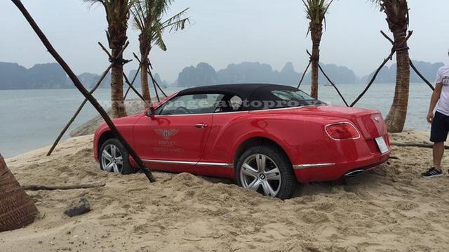 Porsche 911 mui trần bị mắc kẹt trên bãi cát gần biển Riviera của Pháp - Ảnh 2.