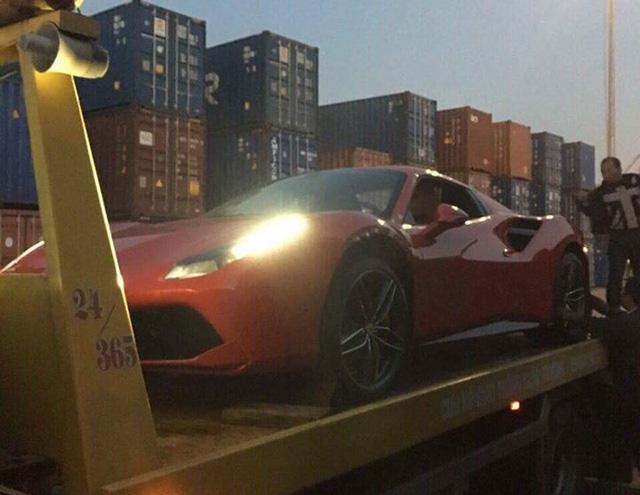 Siêu xe Ferrari 488 Spider đỏ rực xông đất Việt Nam trong năm 2017 - Ảnh 3.