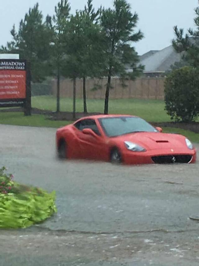 Nhiều siêu xe và xe thể thao chìm trong nước lũ sau cơn bão Harvey tại Mỹ - ảnh 4