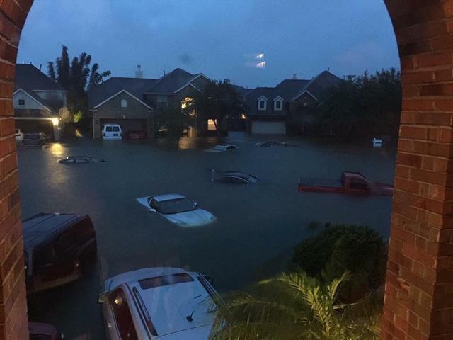 Nhiều siêu xe và xe thể thao chìm trong nước lũ sau cơn bão Harvey tại Mỹ - Ảnh 1.