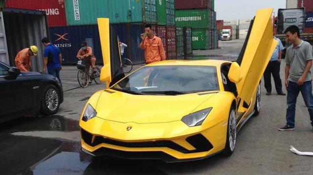 Siêu xe Lamborghini Aventador S LP740-4 2017 đầu tiên về Việt Nam đã xuất hiện trên phố - Ảnh 3.